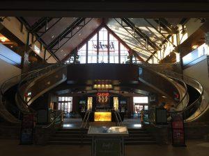 Der Eingang zum Casino mit den beiden gebogenen Rolltreppen auf der Seite